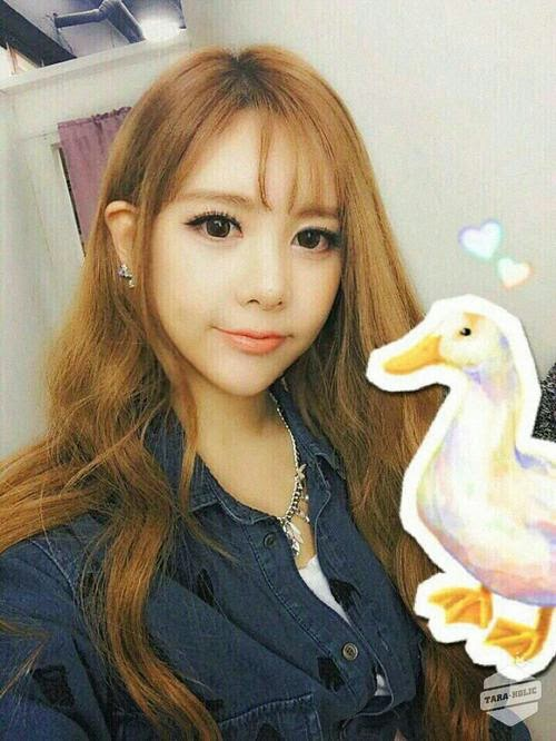 T-ara Qri updates fans with another pretty selca picture